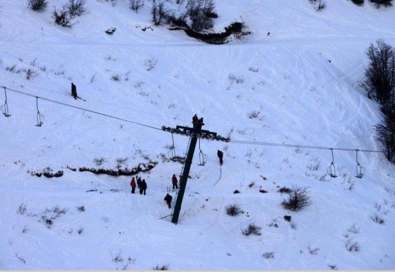 Evacúan telesilla en Bariloche por un desperfecto mecánico. (Foto: Diario Río Negro).