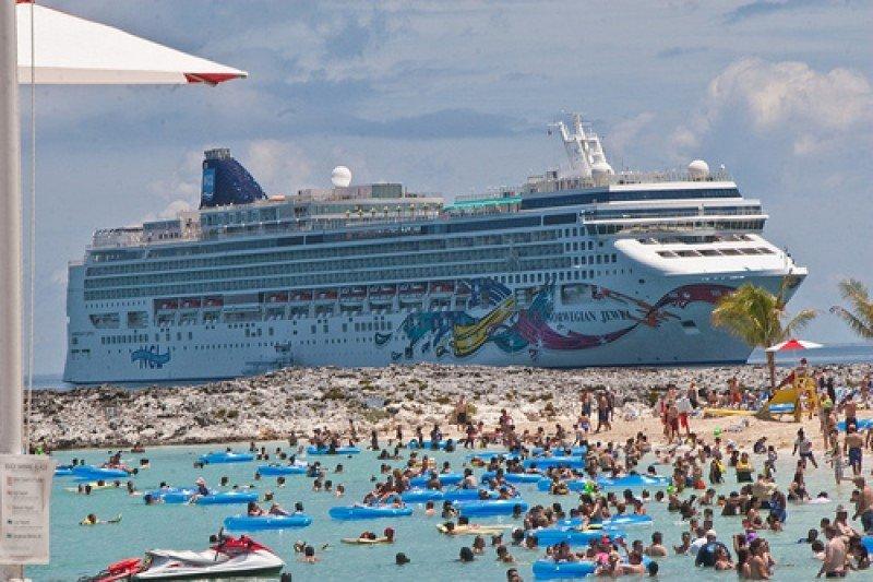 Barco de Norwegian Cruise Line en su isla privada de Great Stirrup Cay.