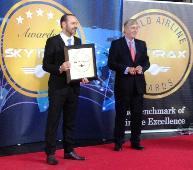 Mauricio Amaro, presidente del directorio LATAM Airlines, recibe la distinción a Mejor Aerolínea de Sudamérica.