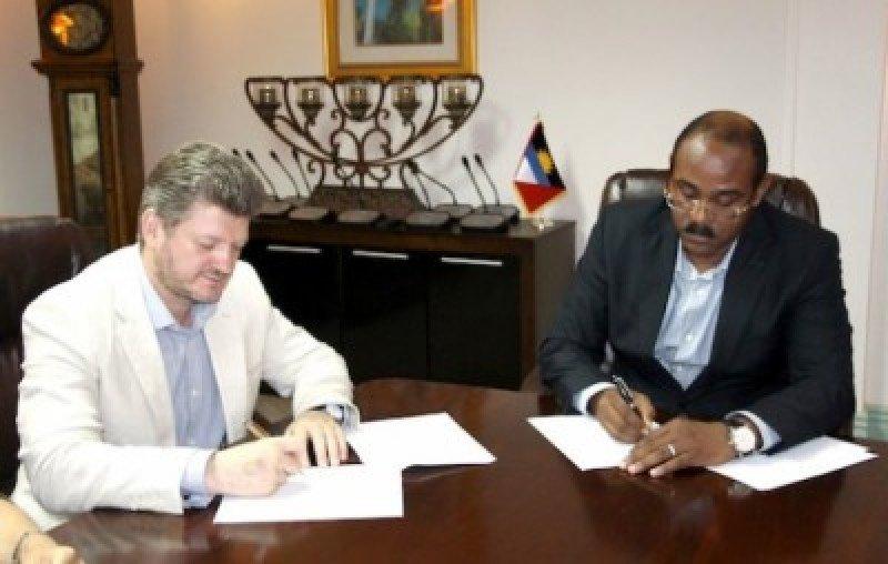 Vitaly Kryuchkov y el primer ministro, Gaston Browne, en la firma del convenio.