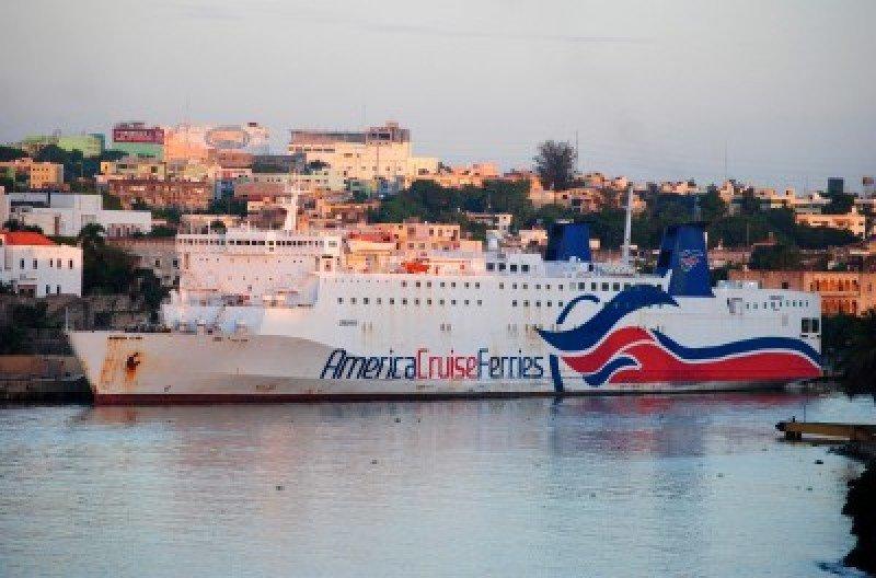 Caribbean Fantasy de América Cruise Ferries en República Dominicana antes de su reparación.
