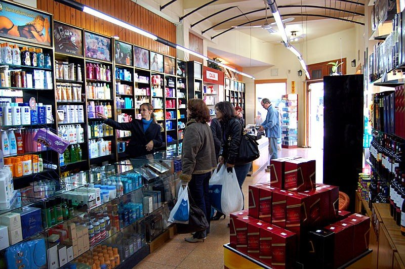 Los numerosos free shops del lado uruguayo atraen a miles de compradores brasileños los fines de semana.