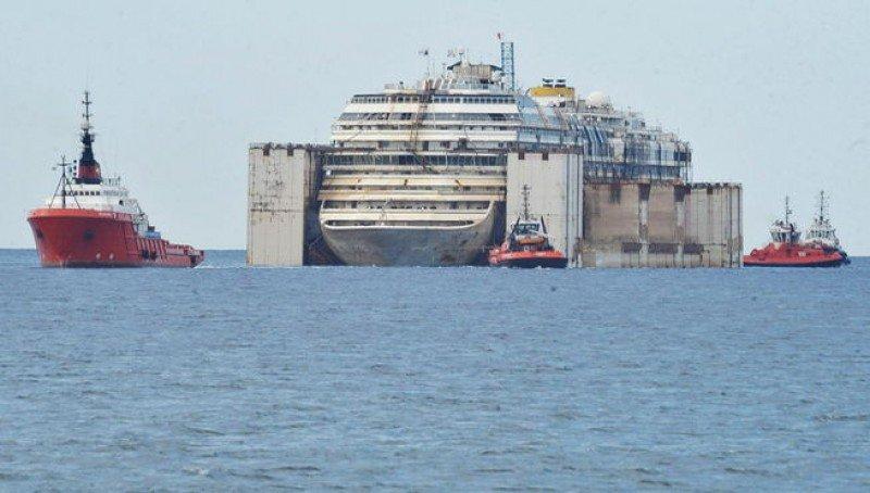 El barco siniestrado fue remolcado hasta el puerto de Génova.