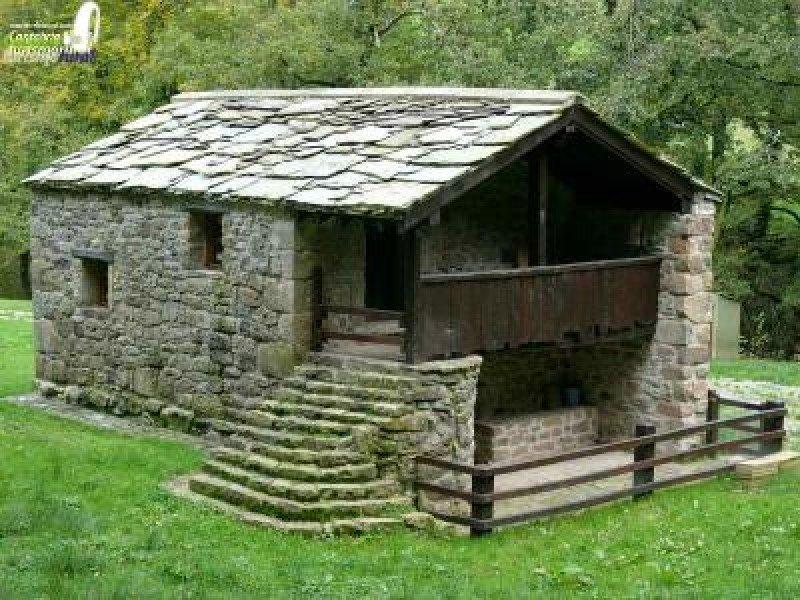La regulación establece 19 municipios en los que pueden estar las cabañas pasiegas catalogadas como tales. En la imagen, la cabaña pasiega de Carmen, en Selaya.