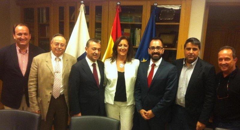 Imagen de los miembros de ASCAV tras su reunión con Paulino Rivero y Ricardo Fernández de la Puente.