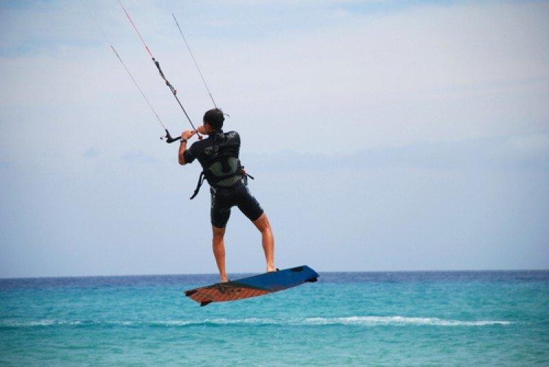 Las playas de Fuerteventura atraen miles de aficionados a los deportes náuticos como el kite surf. #shu#