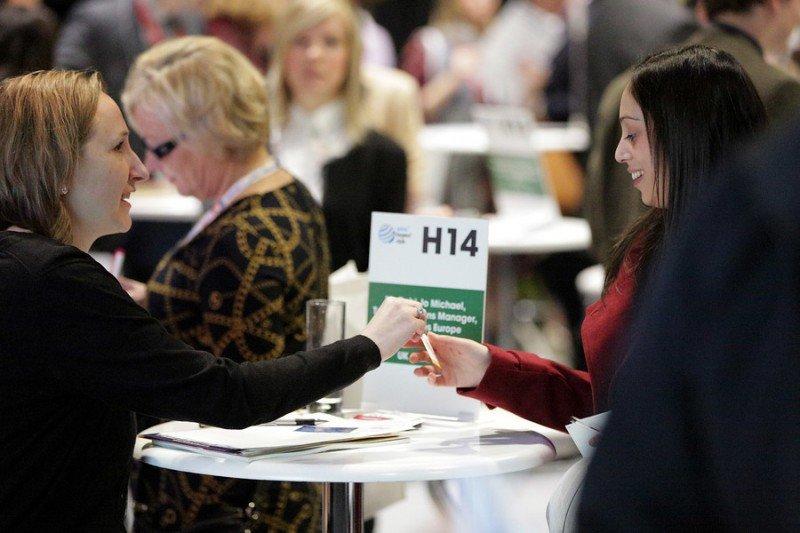 Dos mujeres intercambian tarjetas de visita durante el programa de citas rápidas de trabajo de la WTM del año pasado.