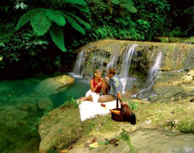 Un resort en Fidji 'secuestra' a los huéspedes y los conduce a un sitio especial para un picnic.