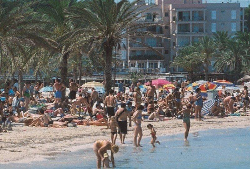 """Baleares no recibirá la misma llegada de turistas que el año pasado, según su conseller de Turismo, que ha recordado que """"por las islas pasan hasta 13 millones de turistas""""."""