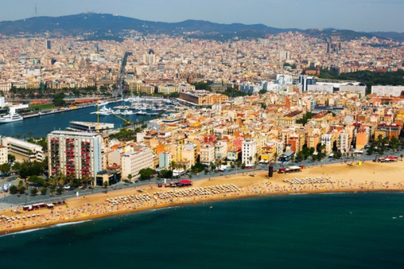 En primer término, el barrio de la Barceloneta. #shu#