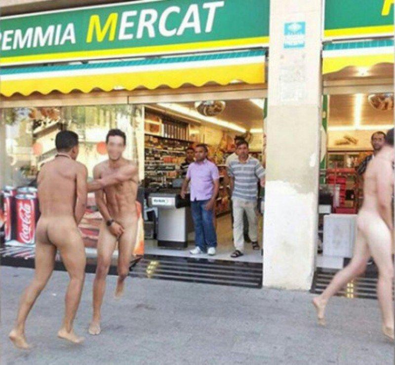 Imagen colgada en Facebook, donde unos turistas desnudos fueron echados de un supermercado de la Barceloneta, el barrio marinero de Barcelona.
