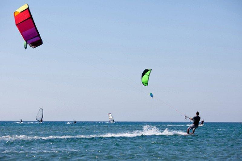 El kitesurfing se ha puesto de moda en muchas playas españolas. #shu#
