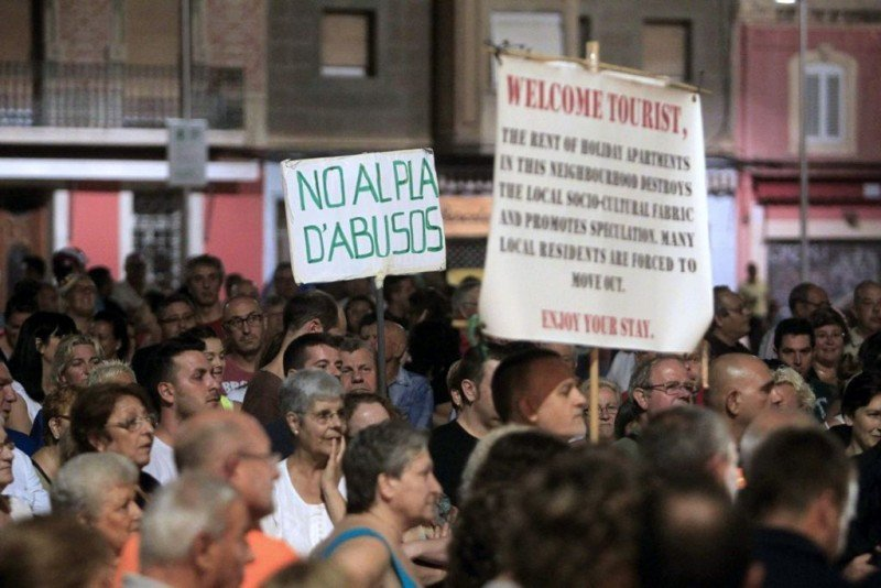 Una de las manifestaciones contra los pisos turísticos que han tenido lugar en la Barceloneta esta semana. Foto: EFE