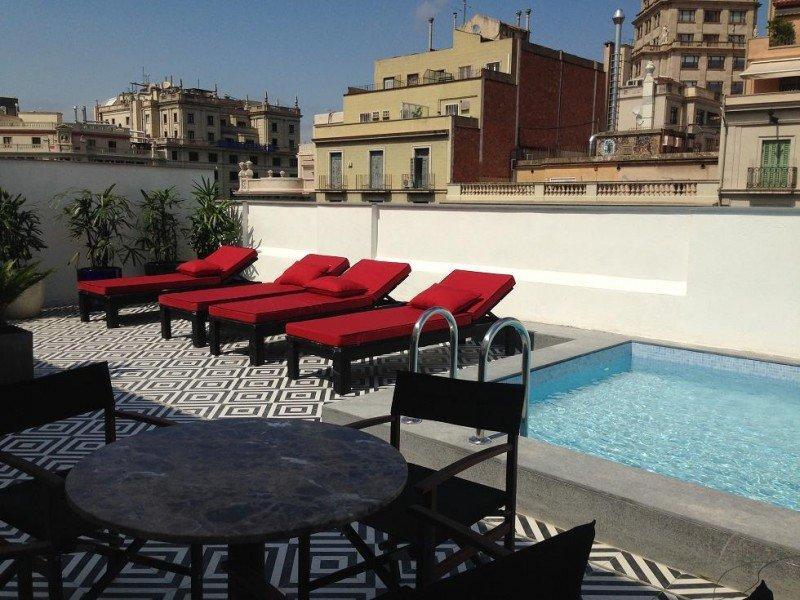 La joya de la corona es su segunda terraza con piscina y zona de hamacas, con vistas a la Plaza de Catalunya.