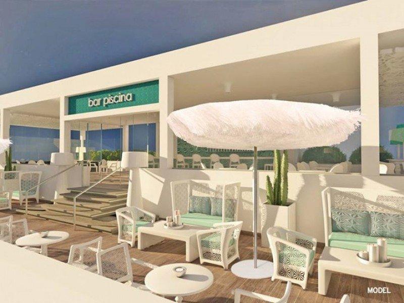 El resort cuenta con seis piscinas y dos bares en su entorno.