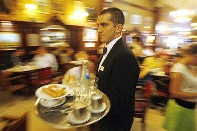 Camareros, ayudantes de cocina. bacheros y mucamas son los puestos más pedidos en temporada.