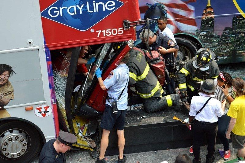 Los bomberos debieron rescatar a varios ocupantes del ómnibus que provocó el accidente. Foto: NY Post