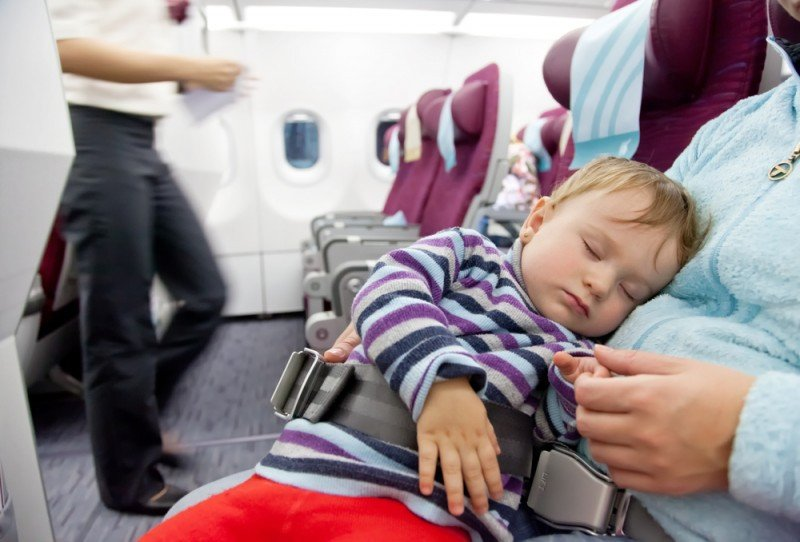 El 80% de las aerolíneas cobra un 10% del billete normal a los bebés. #shu#