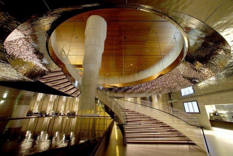 Una piscina de horizonte infinito junto a las escaleras en espiral.
