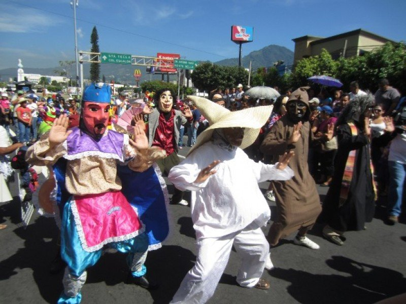 Los viejos de agosto, una de las tradiciones de estas fiestas en El Salvador. Foto: El Salvador Noticias