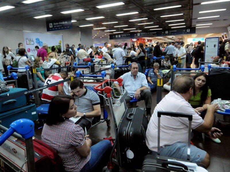Hay más de 35 vuelos cancelados de Aerolíneas Argentinas y Austral en Aeroparque y Ezeiza.