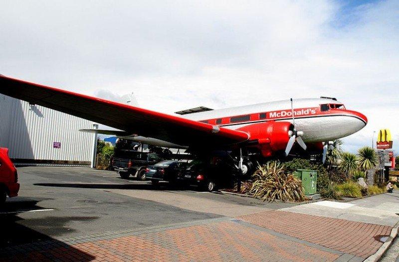 McDonalds transforma un avión abandonado en uno de sus restaurantes.