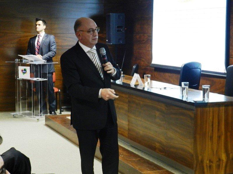 Arnaldo Nardone durante su presentación en Brasilia.