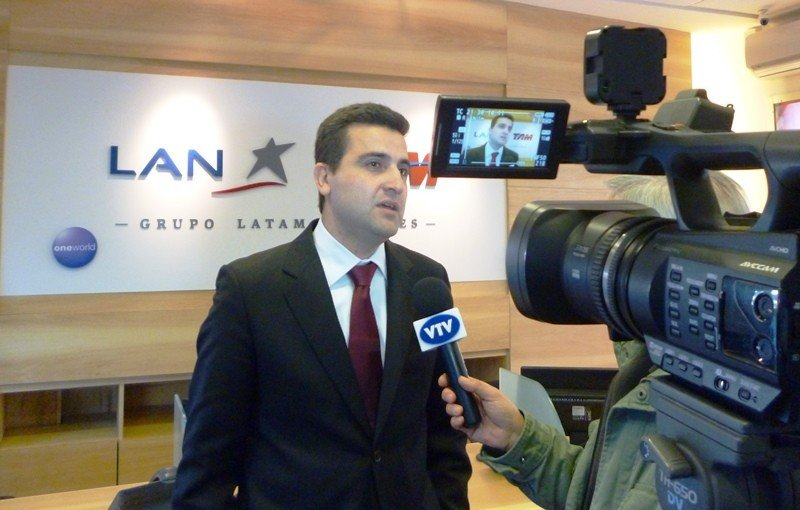 Francisco Chiari en el nuevo local de LATAM en el World Trade Center de Montevideo.