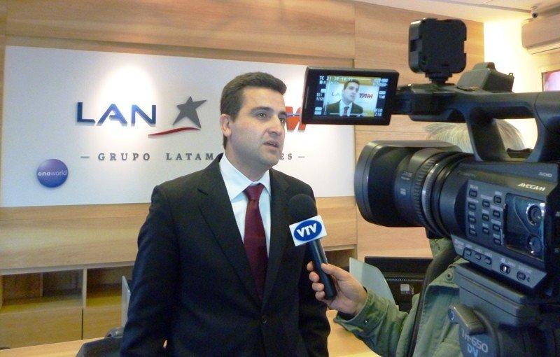 Francisco Chiari en el nuevo local de LATAM en el World Trade Center de Montevideo.