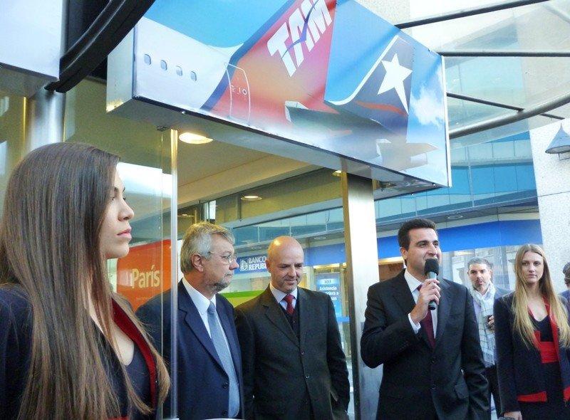 Ministro de Transporte, Enrique Pintado, subsecretario de Turismo, Antonio Carámbula, y Francisco Chiari cortaron la cinta.