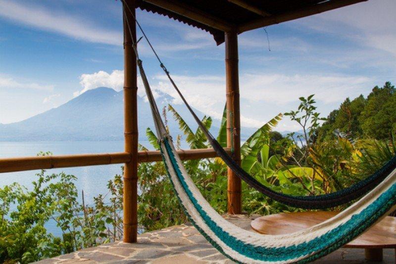 El lago Atitlan y sus volcanes son uno de los principales atractivos de Guatemala. #shu#