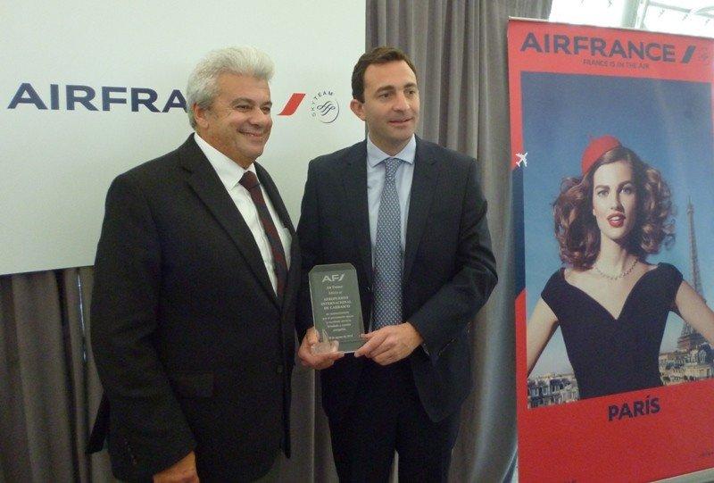Carlos Balseiro, de Air France, entrega la distinción a Diego Arrosa, del Aeropuerto de Carrasco.