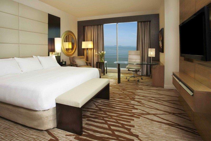 El hotel ofrece vistas panorámicas al océano.