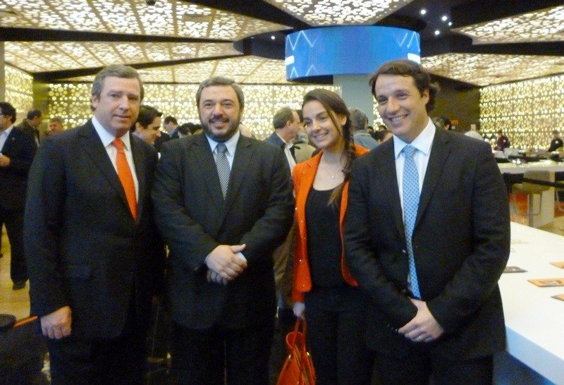 Ministro Mario Bergara (segundo desde la izquierda) junto a ejecutivos de Enjoy y Conrad.