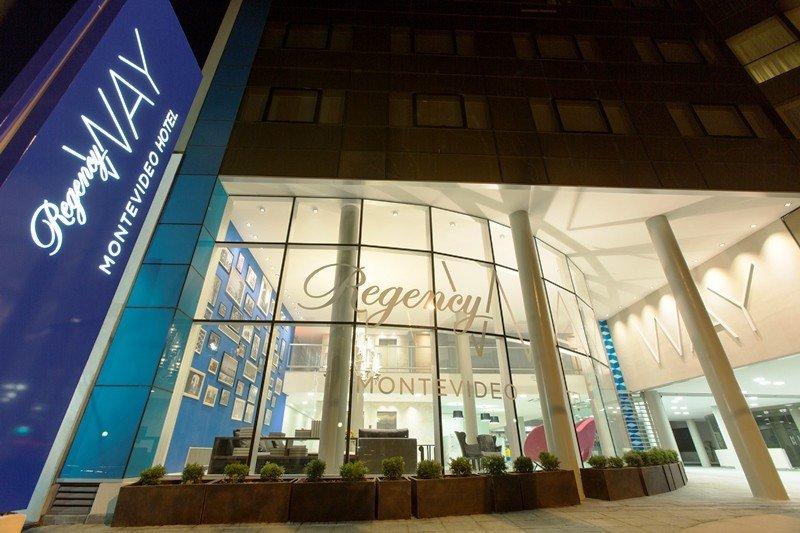 Fachada del hotel sobre la avenida Rivera.