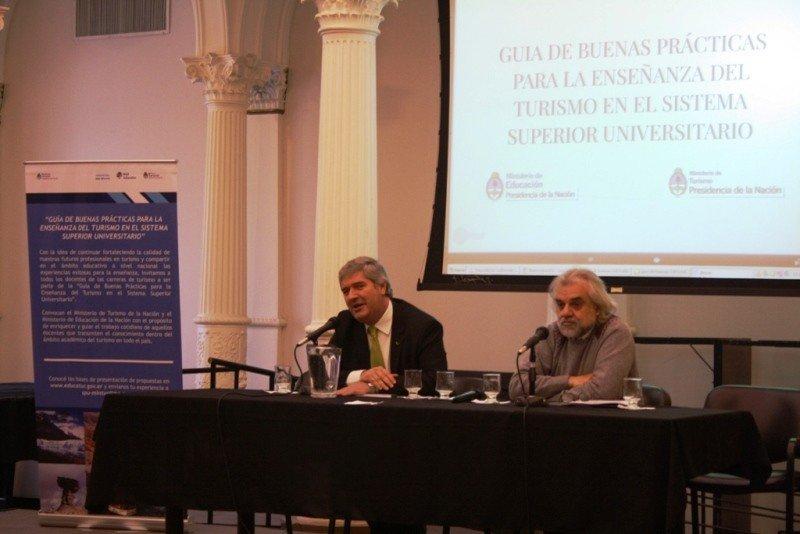 Las autoridades en la presentación de la Guía de Buenas Prácticas para la Enseñanza del Turismo.