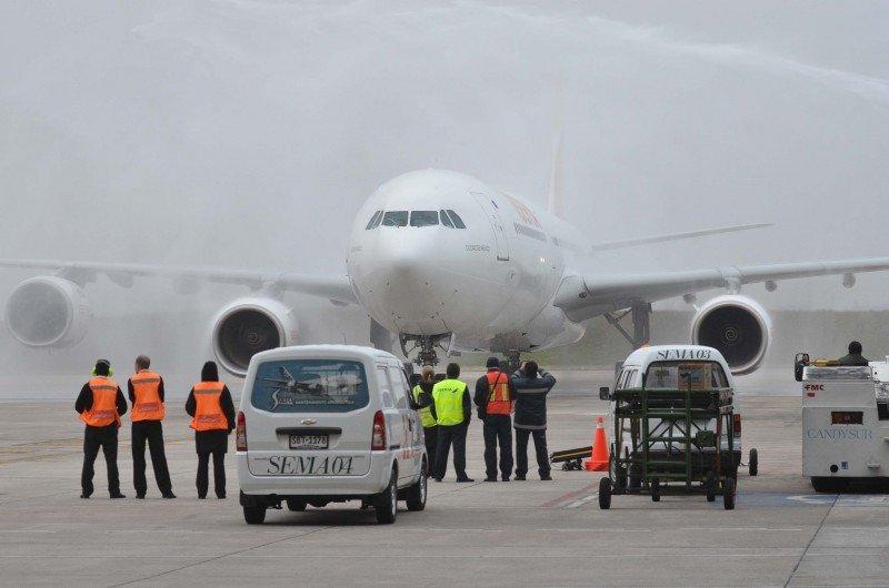 El avión de Iberia, a su llegada al aeropuerto de Montevideo.