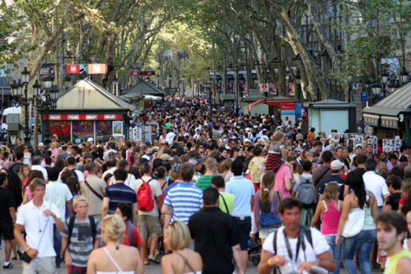 Las Ramblas de Barcelona, en agosto, abarrotadas de turistas. #shu#.