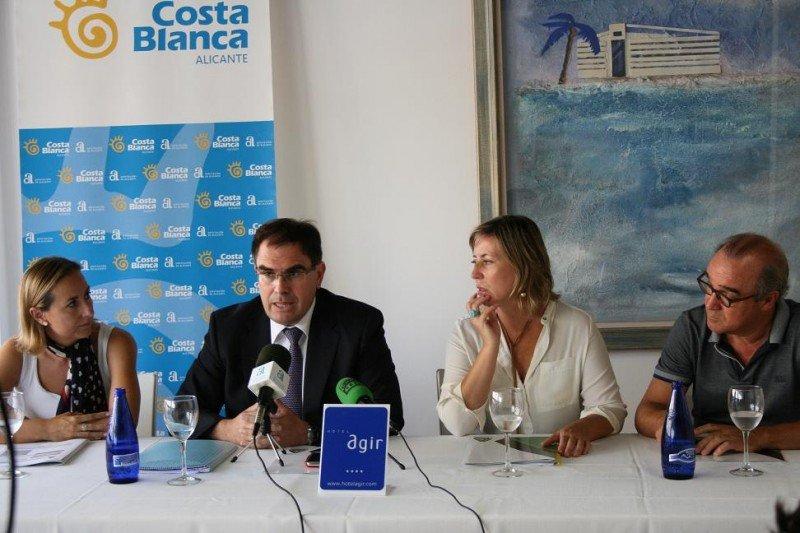 En la rueda de prensa el presidente de HOSBEC ha estado acompañado del diputado provincial de Turismo, Joaquín Albaladejo, y de la concejala de Turismo de Benidorm, Gema Amor.