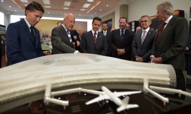 Norman Foster y Fernando Romero le muestran la maqueta al presidente Peña Nieto. Foto: Presidencia de México.