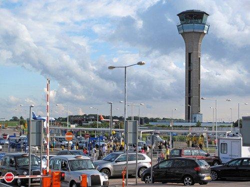 Evacuada la terminal del aeropuerto de Luton al encontrar un objeto sospechoso
