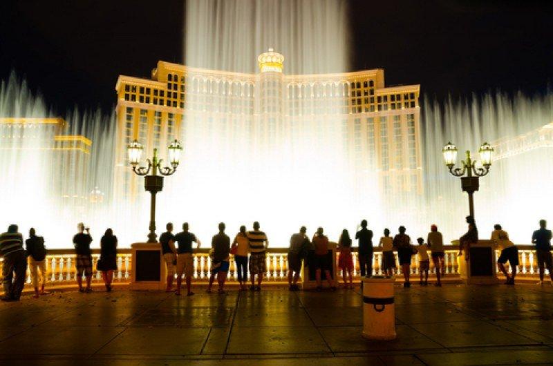 Turistas en Las Vegas, ante el espectáculo de fuentes del hotel Bellagio. #shu#