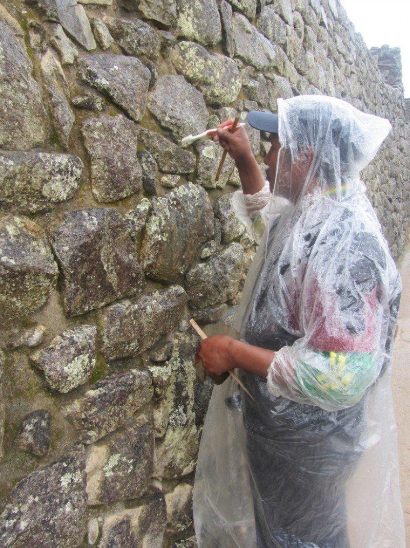 Un trabajador de Machu Picchu llevando a cabo tareas de limpieza y mantenimiento con la ayuda de un cepillo de dientes, el pasado 4 de septiembre. Foto: Pilar Canalis. CLICK PARA AMPLIAR IMAGEN.