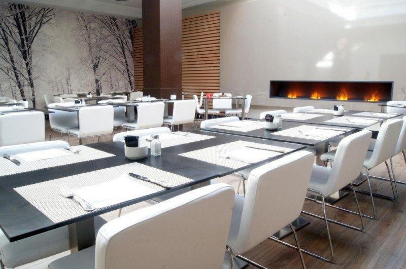 El restaurante del hotel cuenta con una chimenea de vapor de agua que preside la sala y que la hace más cálida y acogedora.