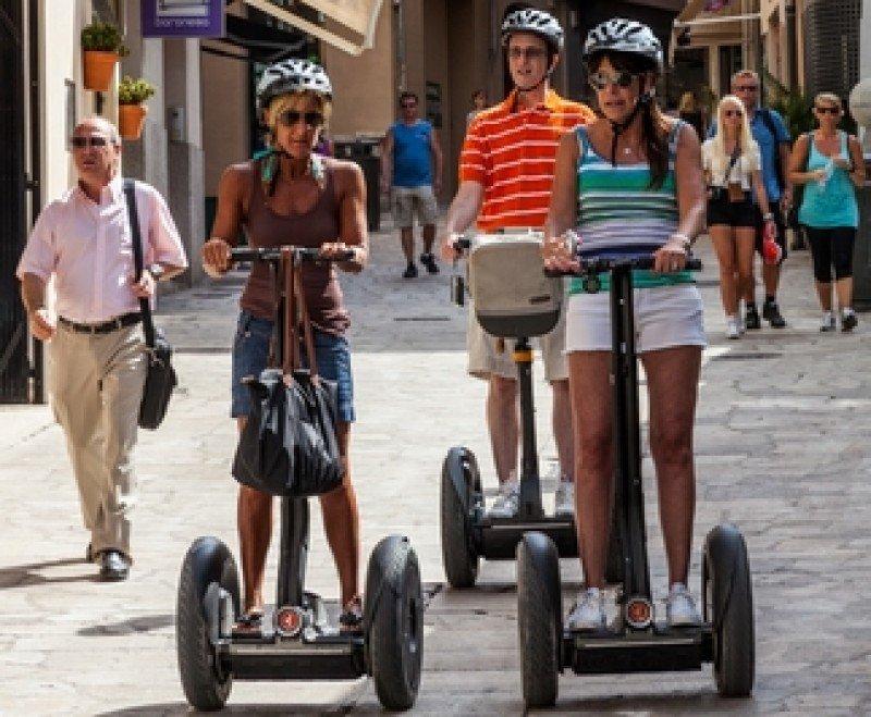 Turistas recorren Palma de Mallorca en segway. #shu#