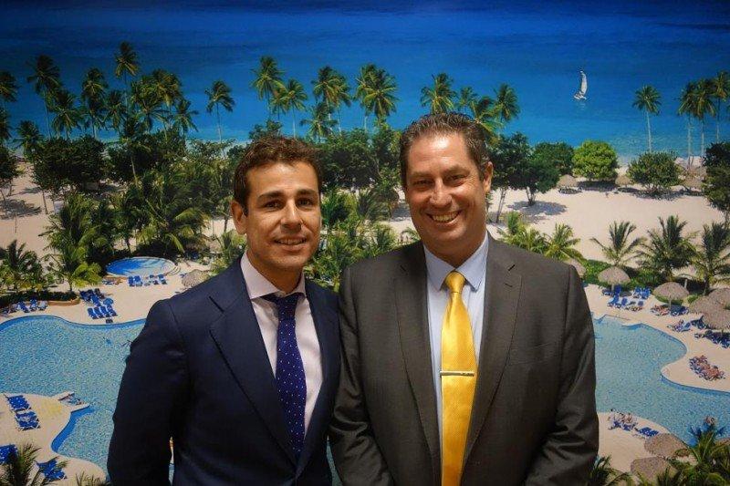 Be Live quiere posicionarse como segunda cadena internacional en Marruecos, sólo por detrás del Grupo Accor. En la imagen, Javier Blanco y Javier Fernández con el Be Live Canoa de fondo, en Dominicana, en cuya reforma han invertido 12 millones de dólares.