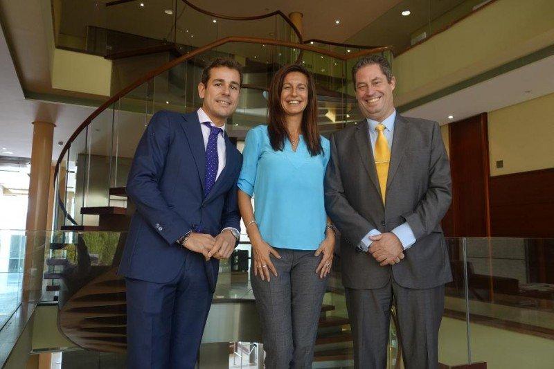 De izq. a dcha, el director general de la cadena, Javier Blanco; la directora comercial, Margherita Sgroi; y el director de Operaciones, Javier Fernández.