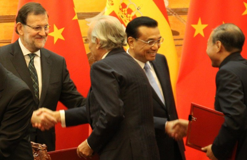De izquierda a derecha Mariano Rajoy, Presidente del Gobierno de España; Rodrigo Echenique Gordillo, Presidente de NH Hotel Group;  y a la derecha Chen Feng, Primer Ministro Chino Li Keqiang y Chen Feng, Presidente del grupo HNA.