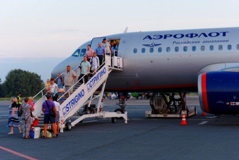 Viajeros rusos desembarcando de un avión de Aeroflot. #shu#