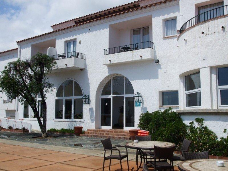 Derribarán un hotel en Cadaqués para construir un establecimiento de lujo
